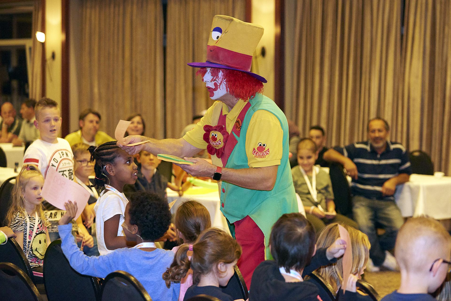 Clown August toverde een glimlach op ieders gezicht